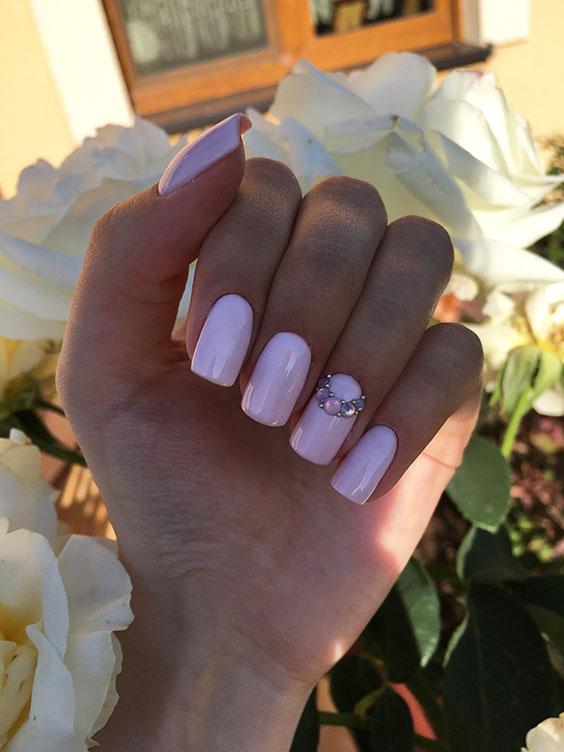 Jasnoróżowe paznokcie na lato