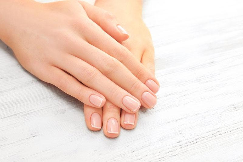 Manicure kauczukowy - co to jest i jak go wykonać?
