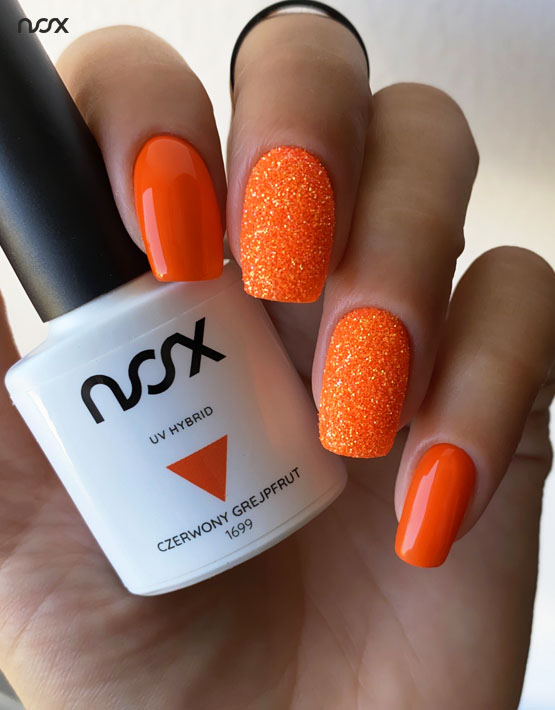 Neonowe pomarańczowe paznokcie hybrydowe z brokatem
